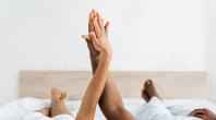 deux main, une chambre, un lit
