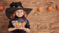 enfant, bonbon, déguisement, sorcière, fond en bois, guirlande orange