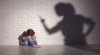 enfant recroqueviller, ombre d'une femme