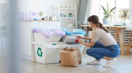 femme, tri, poubelle, plastique