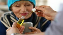 femme, tasse, huile de CBD