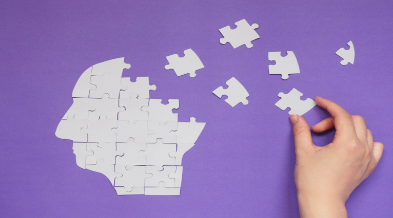 papiers blanc,puzzle, fond violet