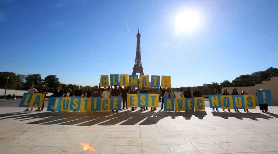 militants, pancartes, place ensoleillé, Tour Eiffel