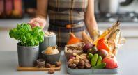 une femme cuisine des fruits et légumes