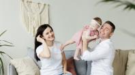 Couple et bébé heureux