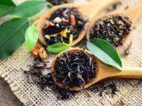Thé noir sur cuillière en bois