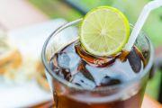 Verre de soda, rondelle de citron et paille