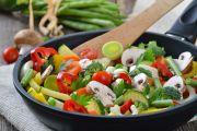 légumes en cuisson dans une poêle