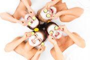 Quatre femmes allongées se faisant un masque du visage