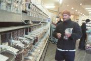 Homme faisant des achats en vrac dans un supermarché