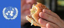Logo de l'ONU et homme mangeant un hamburger
