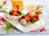 Fruits d'été sur tartine de céréales