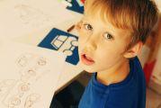 Jeune garçon en train de dessiner