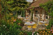 restaurant entouré de verdure et de fleurs