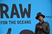 Le chanteur Pharrell Williams en présentation pour la collection de vêtement Raw for the oceans