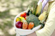 Femme portant un sac en tissu rempli de légumes