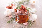 Bocal de tomates séchées, ail et romarin