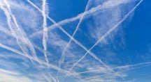 Plusieurs traînées de vapeur d'eau dans le ciel