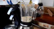 Eau ajouté aux flocons d'avoine dans un mixeur