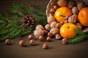Orange et fruits secs déposés sur une jolie table