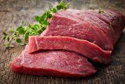 pavé de viande rouge découpé en tranche