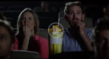 Homme et femme mangeant des chips Doritos