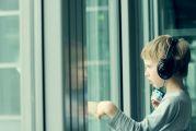 Enfant autiste devant une vitre