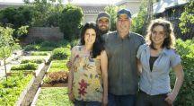 La famille Dervaes vivant en Californie dans leur jardin