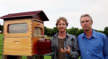 Cedar et Stuart Anderson devant leur ruche à robinet