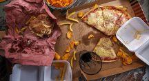 Différents plats gras posés sur une table nappée