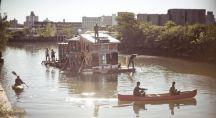 La maison-bateau Jerko navigant sur les rives du Gowanus