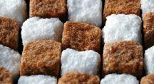 Morceaux de sucre brun et blanc