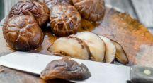 Des champignons shiitaké coupés en lamelles
