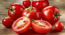 Tomates étalées sur table