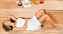 Jeune femme allongée dans un sauna