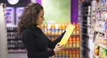 Femme lisant l'étiquette d'un produit