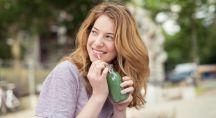 Jenne femme qui boit un jus vert