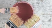 Pot de peinture et pinceaux