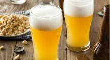 Pintes de bière blonde et cacahuètes