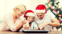 deux parents et leur fille qui cuisinent pour Noël