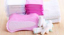 des tampons et serviettes hygiéniques sur une table