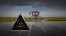Un tracteur pulvérise un champ dans la pénombre