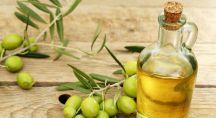de l'huile végétale et des olives sur une table