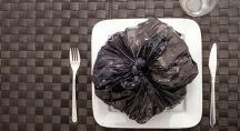 un sac poubelle posé dans une assiette