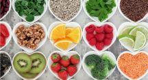 des fruits frais et des oléagineux dans des ramequins en forme de coeur