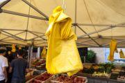 des sacs plastiques jaunes mis à disposition dans un marché