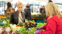 une femme fait ses courses au marché