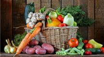 des fruits et légumes dans un panier en osier