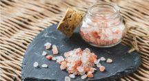 du sel rose d'Himalaya dans un pot sur une ardoise