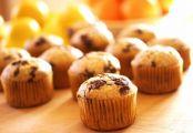 Des muffins aux pépites de chocolat sur une table